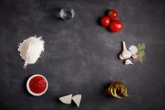Bestandteile für Pizza auf der Tafel Stockbilder