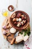 Bestandteile für Risotto mit wilden Pilzen Stockbilder