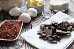 Bestandteile für Schokoladenkuchen auf klassischem Rezept Stockbild