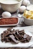 Bestandteile für Schokoladenkuchen auf klassischem Rezept Lizenzfreie Stockfotografie