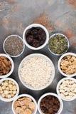 Bestandteile für selbst gemachtes Granola auf dem Grau Stockbild