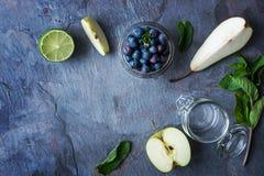 Bestandteile für Smoothie vom Apfel, von der Birne und von der Blaubeere Stockbild