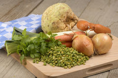 Bestandteile für Suppe der grünen Erbse Lizenzfreie Stockfotos