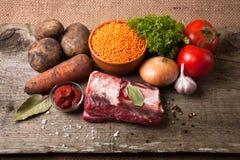 Bestandteile für Türkei-Gemüsesuppe mit roten Linsen, an liegend Stockfotografie