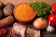 Bestandteile für Türkei-Gemüsesuppe mit roten Linsen, an liegend Lizenzfreies Stockbild