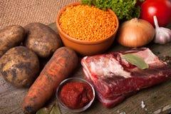 Bestandteile für Türkei-Gemüsesuppe mit roten Linsen, an liegend Stockfoto