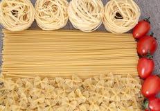 Bestandteile für Teigwaren mit etwas Kirschtomate Stockfotografie