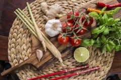 Bestandteile für thailändisches Lebensmittel, Lemongras, Ingwer, Knoblauch, Cocktail Stockbilder