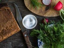 Bestandteile für vegetarischen Salat auf Holztisch Lizenzfreies Stockbild