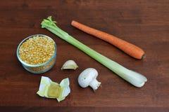 Bestandteile für vegetarisches Gelb-aufgeteilte Erbsen-Suppe Stockfotos