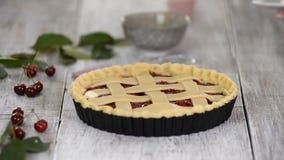 Bestandteile f?r den backenden Kuchen angef?llt mit frischer Kirschtorte Weibliche vorbereitende Kirschtorte stock footage