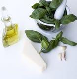 Bestandteile für Pesto alla Genovese - Basilikum, Parmesankäse, Knoblauch, O Stockbild