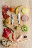 Bestandteile Pintxos Pintxo auf einem rustikalen Brett, Lebensmittel vom Baskenland Lizenzfreie Stockfotografie