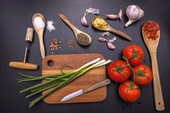 Bestandteile und Geräte für das Kochen Stockfotos