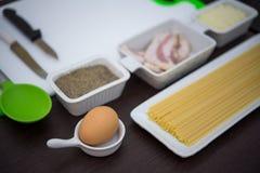 Bestandteile und Geräte für das Kochen des Italieners Stockbild