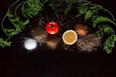 Bestandteile und Gewürz für den gesunden Vegetarier, der auf blac kocht Stockfoto