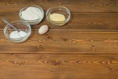 Bestandteile und Werkzeuge, zum eines Kuchens zu machen stockfoto