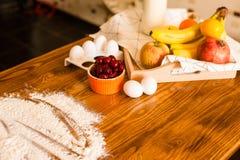 Bestandteile zum Nachtisch auf dem Küchenholztisch, kochend, Rezept Stockfotografie