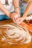 Bestandteile zum Nachtisch auf dem Küchenholztisch, kochend, Rezept Lizenzfreie Stockfotografie