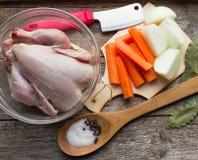 BestandteilHühnerbrühe - bewirtschaften Sie Huhn, Zwiebeln, Karotten und SP Stockbild