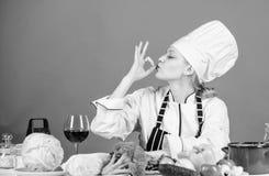 Beste culinaire recepten thuis te proberen Verbazende smaak Draaiingrediënten in heerlijke maaltijd Culinaire vaardigheden Vrouwe royalty-vrije stock fotografie