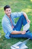 Beste dag bij de universiteit Leuke mannelijke student die een boek houden en Royalty-vrije Stock Foto's