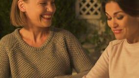 Beste en vrienden die, gelukkige tijd, vertrouwende relaties samen omhelzen lachen stock videobeelden