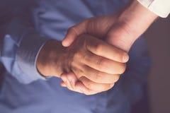 Beste Freund-Händeschütteln Restlicht von unten Lizenzfreies Stockfoto