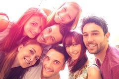 Beste Freunde, die draußen selfie mit Hintergrundbeleuchtungskontrasthalo nehmen Stockbilder