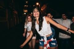Beste Freunde, die eine Partei haben lizenzfreie stockfotografie