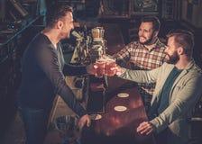 Beste Freunde, die Spaß haben und Fassbier an Bar c trinken Stockfotografie