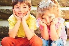 Beste Freunde, Freundschaft und Familie E Kleines Mädchen und Junge auf Treppe relationen Sommerferien und stockfotografie