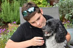 Beste Freunde, Teenager und sein Harlekinpudel lizenzfreie stockfotografie