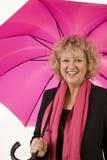 Beste gealterte Dame mit rosafarbenem Regenschirm Stockbilder