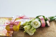 Beste Grüße für das Mädchen oder die Frauenblumen und eine Überraschung Lizenzfreies Stockfoto