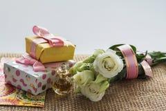 Beste Grüße für die geliebten Frauenblumen und die Geschenküberraschung Lizenzfreie Stockfotos