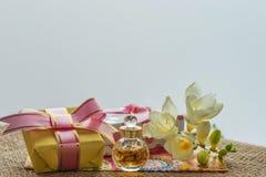 Beste Grüße für die geliebten Frauenblumen und eine Andenken oder eine Überraschung Stockfotografie