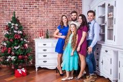 Beste nieuw jaar! De beste vrienden in Kerstmistijd, hebben pret en het bekijken camera Stock Foto's