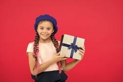 Beste Spielwaren und Weihnachtsgeschenke Kinderkleines M?dchen in der Baretthut-Griffgeschenkbox Kind aufgeregt ?ber das Auspacke lizenzfreies stockfoto