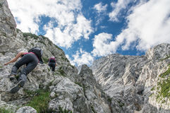 Beste vrienden die Alpiene berg beklimmen Stock Foto
