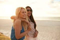 Beste vrienden die de zomer van vakantie op strand genieten royalty-vrije stock fotografie