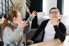 Beste vrienden die een lunchkoffiepauze na het werk hebben, en over grappige ogenblikken spreken lachen De vrouw spreekt emotione royalty-vrije stock foto