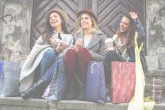 Beste vrienden die na het winkelen genieten van Het jonge meisjes zitten Royalty-vrije Stock Afbeeldingen