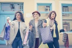 Beste vrienden die op de straat lopen Jonge vrouwelijke beste fri Stock Afbeelding