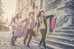 Beste vrienden die op de straat lopen Jonge vrouwelijke beste fri Royalty-vrije Stock Afbeelding