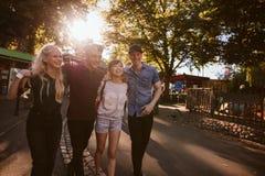 Beste vrienden die samen in een park lopen royalty-vrije stock afbeeldingen