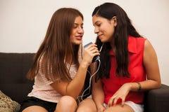 Beste vrienden die samen zingen Royalty-vrije Stock Fotografie