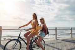 Beste vrienden die van een fietsrit genieten Stock Afbeeldingen