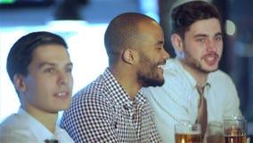 Beste vrienden in een bar stock footage