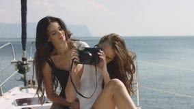 Beste vrienden gebruikend camera en nemend selfie op luxe varende boot selfie Stock Foto